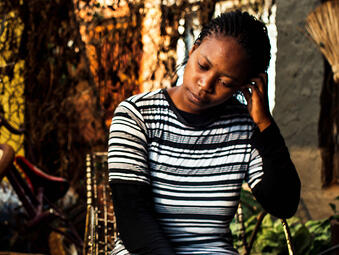 young_woman_africa_sitting_4