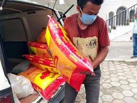 covid_relief_delivering_food