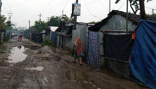 india_shacks_mud_road