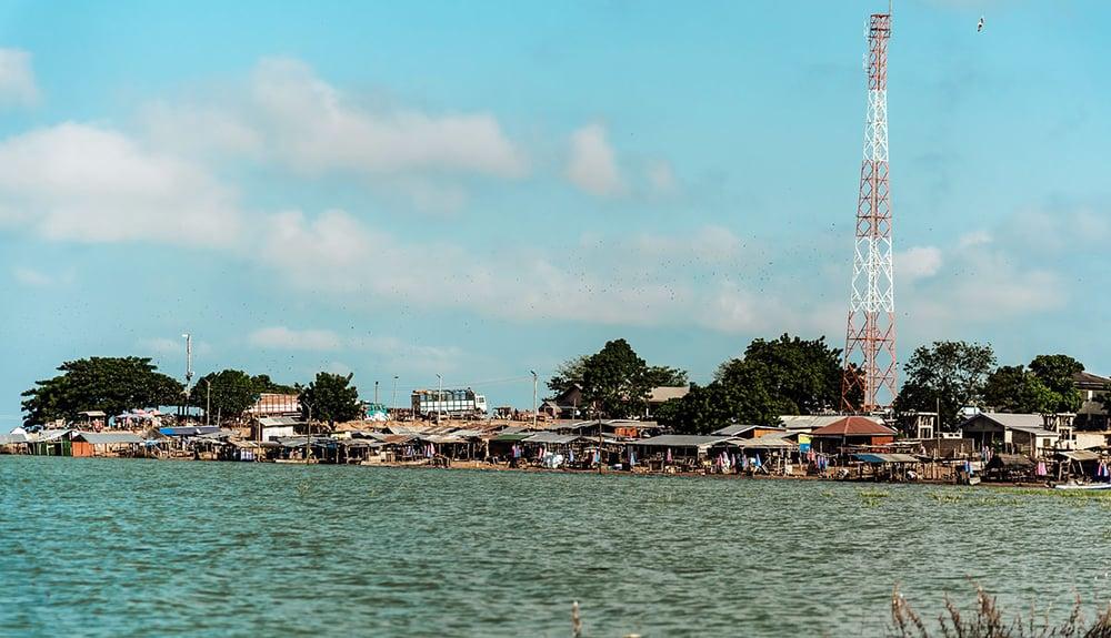 lake_volta_shoreline_shacks